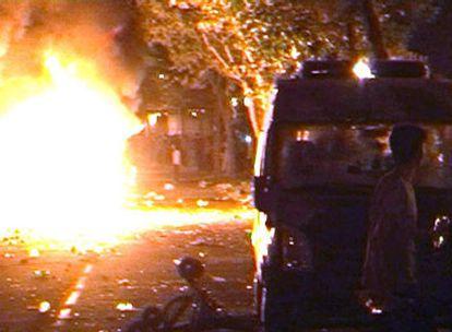 Una cámara de vídeo capta el momento en que un coche policial arde como consecuencia de los enfrentamientos que, durante más de tres horas, mantuvieron la pasada madrugada grupos de jóvenes y agentes de las Fuerzas de Seguridad en pozuelo de Alarcón (Madrid).