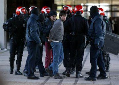 La policía autónoma vasca detiene a dos de los participantes en los disturbios de ayer.