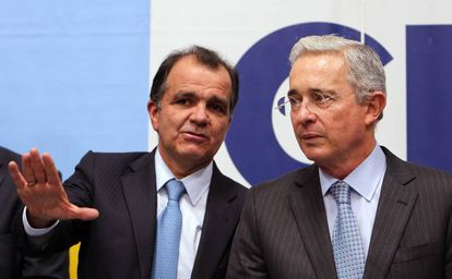 Álvaro Uribe, junto al excandidato Óscar Iván Zuluaga.