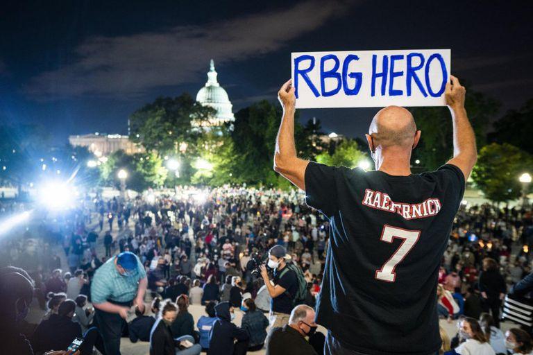 Decenas de personas se reúnen en el exterior del Tribunal Supremo de los Estados Unidos en Washington para rendir homenaje a la fallecida juez Ruth Bader Ginsburg.