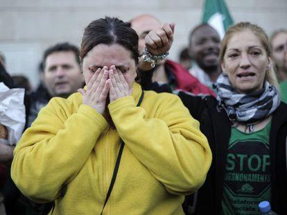 Una mujer llora durante una protesta contra el desahucio de una vivienda en el municipio de Salt, Girona