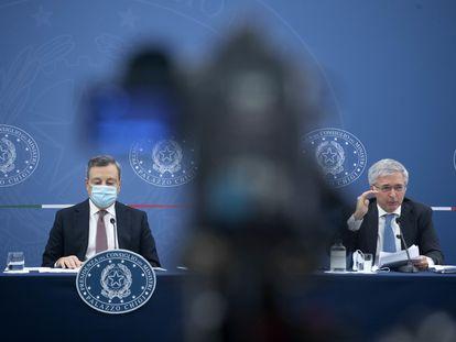 El primer ministro de Italia, Mario Draghi (izquierda) y el ministro de Economía, Daniele Franco, este miércoles en Roma.
