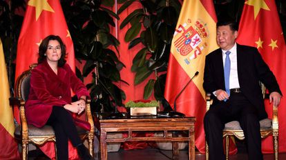 La vicepresidenta del Gobierno, Soraya Sáenz de Santa María con el presidente chino, Xi Jinping.
