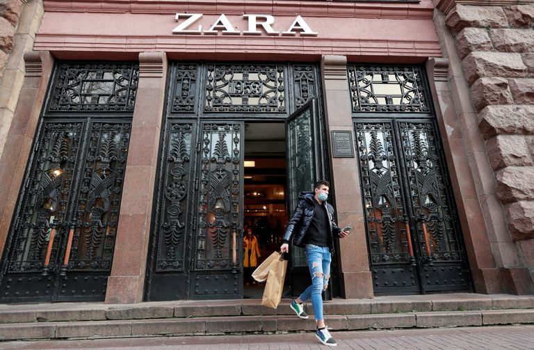 Un cliente de Zara sale de una de las tiendas de la compañía en Kiev (Ucrania), el 25 de noviembre.