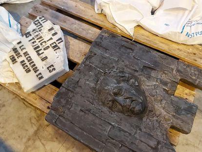 Restos de la placa de Largo Caballero retirada de la Plaza de Chamberí que ahora están en un almacén del Ayuntamiento