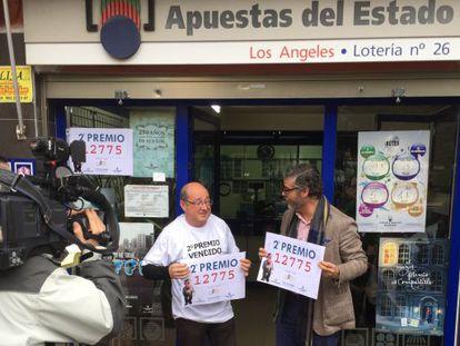 Los responsables de la administración de lotería de Alicante que han vendido parte del segundo premio.