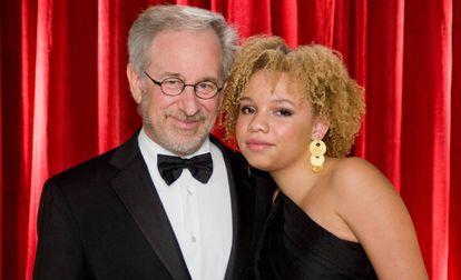 Steven Spielberg y su hija Mikaela Spielberg, en 2009.