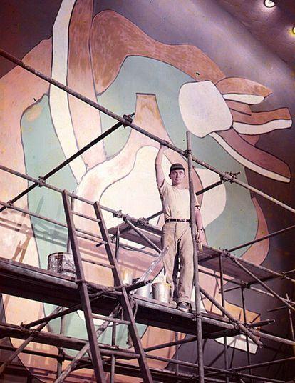 Bruce Gregory pintando uno de los murales diseñados por Fernand Léger para el salón principal de la Asamblea General de Naciones Unidas. |
