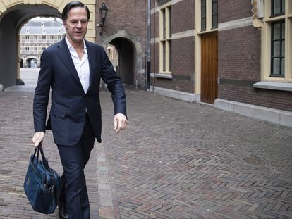 El primer ministro holandés en funciones, Mark Rutte, llega a un consejo digital de ministros, el 2 de abril en La Haya.