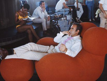 Sean Connery se relaja entre tomas de 'Diamantes para la eternidad', en 1971. La butaca es el famoso diseño Up de Gaetano Pesce.