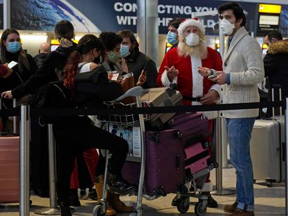 Varios viajeros hacen cola en una de las terminales del aeropuerto de Londres-Heathrow, el 21 de diciembre.