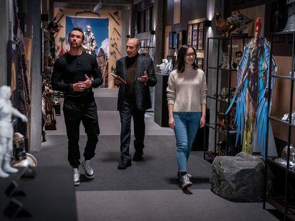 Rob McElhenney, F. Murray Abraham y Charlotte Nicdao, en el octavo capítulo de la segunda temporada de 'Mythic Quest'.