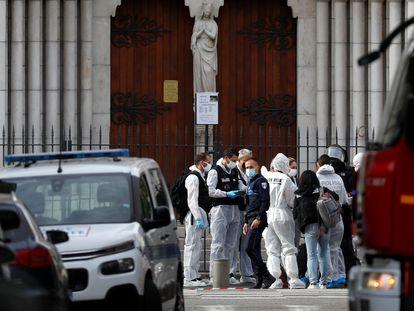 Agentes de la policía francesa tras el atentado en la basílica de Notre Dame, en Niza.