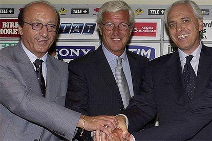 Luciano Moggi (izquierda), en 2001, junto a Marcello Lippi, técnico, y Roberto Bettega, vicepresidente de <i>la Juve.</i>