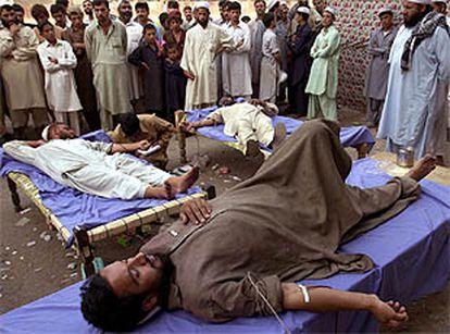 Numerosos paquistaníes donan sangre en Peshawar para los heridos en los bombardeos de EE UU contra Afganistán.