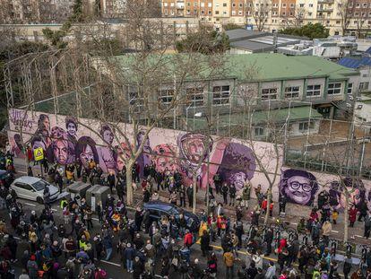 Decenas de personas han participado en la concentración en defensa del mural feminista en Madrid que el Ayuntamiento quiere borrar.