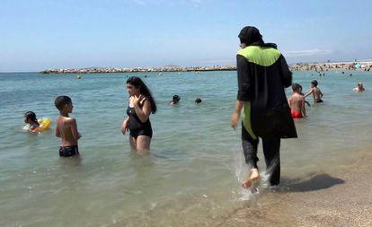 Una mujer con un burkini en Marsella.