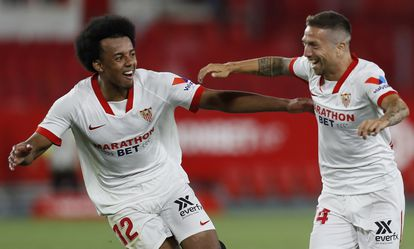 Koundé and Papu Gómez celebrate the Argentine's winning goal.