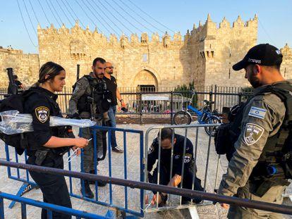 Policías israelíes cierran el paso a la Puerta de Damasco de la Ciudad Vieja, el sábado en Jerusalén.