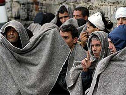 Inmigrantes marroquíes detenidos en el estrecho de Gibraltar esperan su traslado en el puerto de Tarifa.
