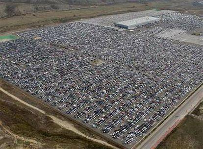 Vista aérea de miles de automóviles sin vender en un gigantesco aparcamiento de la fábrica de Citröen, en Ciempozuelos (Madrid), a finales del año pasado.