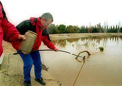 Técnicos de Salud Pública toman muestras de agua de la planta potabilizadora de L'Ampolla.