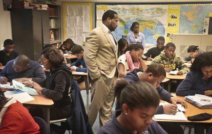 El director de la Bedford Academy High School de Brooklyn, Adofo Muhammad, en marzo, en una clase en la que solo hay estudiantes negros y latinos.