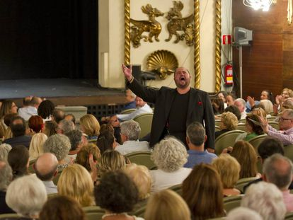 El tenor Celso Albelo cantando en la platea durante uno de los bises.