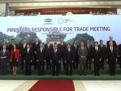 Foto de familia de los ministros de Comercio de la APEC, en Hanoi.
