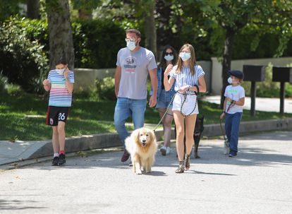 Ben Affleck y Ana de Armas, paseando con los hijos del actor en Los Ángeles esta semana.