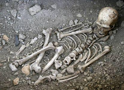 Reconstrucción del enterramiento neandertal de La Chapelle-aux-Saints, Francia, el primero que se atribuyó a una especie distinta de los sapiens