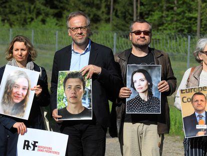 Periodistas posaban con imágenes de reporteros bielorrusos detenidos, el jueves en la localidad lituana de Salcininkai.