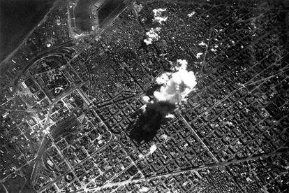 Fotografía, desde el avión italiano, del bombardeo realizado en marzo de 1938 sobre Barcelona.