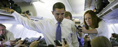 Barack Obama habla con los periodistas en el avión que le llevaba ayer de vuelta a Chicago.