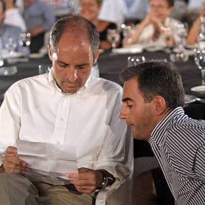 Francisco Camps y Ricardo Costa, durante un acto del PP en la plaza de Toros de Valencia, en septiembre pasado.