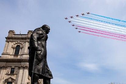 El escuadrón de los Flechas Rojas sobrevuela este viernes la estatua de Winston Churchill en Londres.