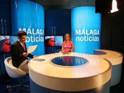 Dos presentadores de los informativos de Onda Azul, la televisión municipal de Málaga.