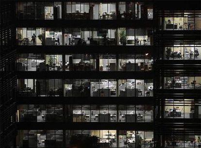 Los españoles trabajan 200 horas más al año que franceses o alemanes, y su productividad es de las más bajas de Europa.