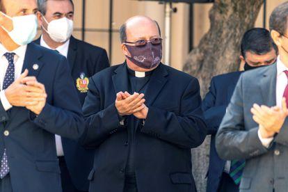 El deán de la catedral de Toledo, Juan Miguel Ferrer (centro), en el acto institucional de conmemoración de la patrona de la Guardia Civil, este martes en Toledo.