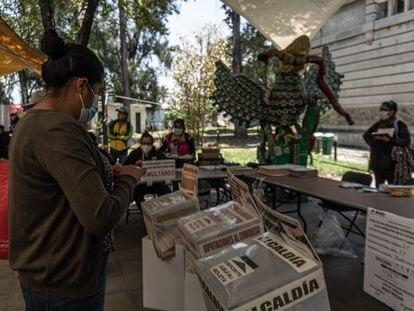 Una mujer deja sus votos en las urnas dentro de Museo Arqueológico de Xochimilco en Barrio La Planta el 6 de Junio