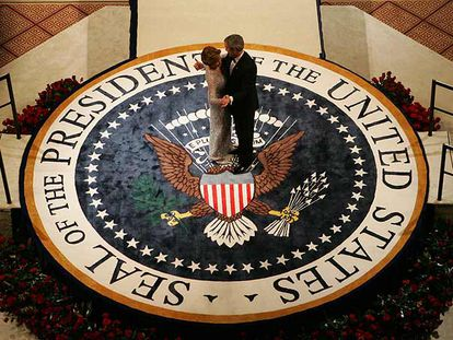 George W. Bush baila con su esposa, Laura, en 2005, en un acto de toma de posesión como presidente de EE UU.