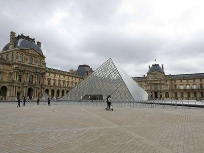 Los exteriores del Museo del Louvre, cerrado, este sábado sin apenas gente.