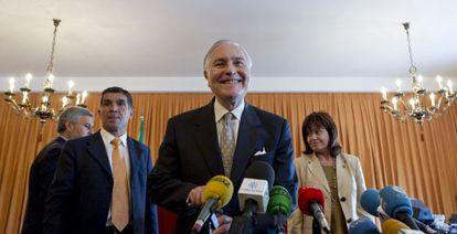 Carlos Dívar, en una visita a Sevilla, flanqueado por Lorenzo del Río, presidente del TSJA y la vocal Inmaculada Montalbán en 2011.