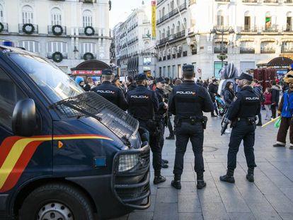 Agentes antidisturbios vigilan el pasado diciembre en la Puerta del Sol.