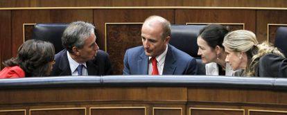 Aguilar, ministra de Medio Ambiente; Jáuregui, de la Presidencia; Sebastián, de Industria; González-Sinde, de Cultura; y Garmendia, de Ciencia, en el Congreso.
