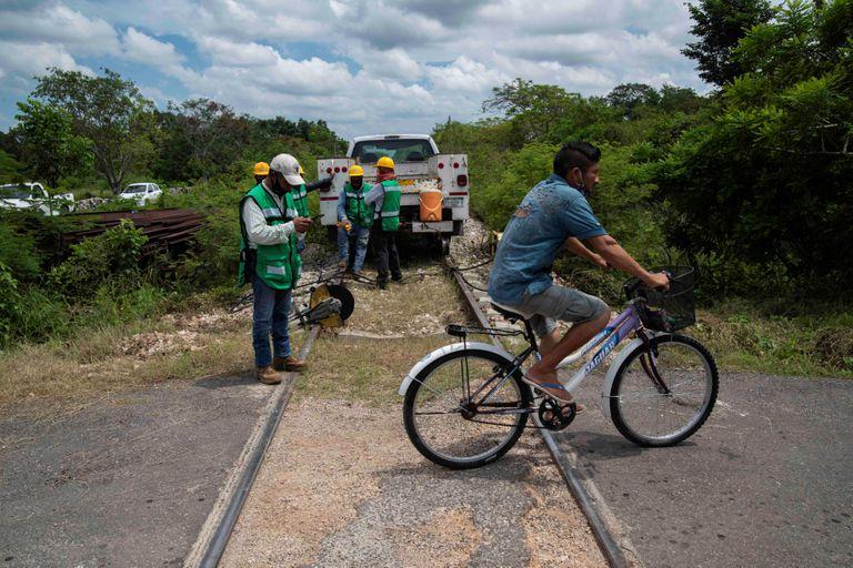 Varios trabajadores, en un tramo de las obras del nuevo Tren Maya.