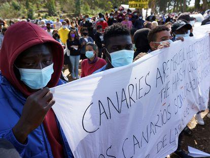 Unas 350 personas, entre migrantes y residentes locales convocados por plataformas de apoyo, se han concentrado el pasado sábado 20 de febrero ante el campamento para migrantes de Las Raíces para protestar por las condiciones de vida en esta instalación ubicada en el municipio de La Laguna, en Tenerife, y para demandar el libre tránsito de personas.