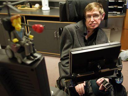 El físico Stephen Hawking, en su despacho del Centro de Matemática Aplicada de la Universidad de Cambridge, en Reino Unido.