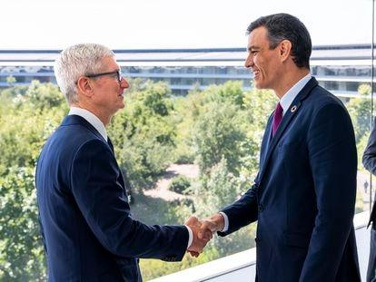 El presidente del Gobierno, Pedro Sánchez, con el consejero delegado de Apple, Tim Cook, en Cupertino (California) , la sede central de la compañía tecnológica.