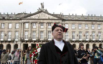 Bassi, ayer, vestido de gaiteiro ante el Ayuntamiento.